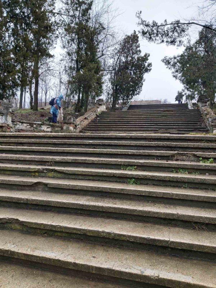 """Lucrări de salubrizare a Complexului memorial """"Cimitirul Eroilor"""" din bd. Decebal, 17"""