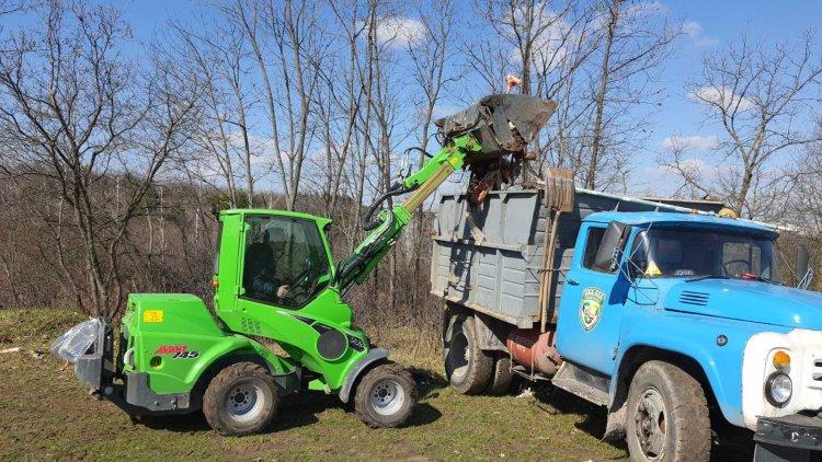 Evacuarea resturilor de proveniență animalică din preajma Muzeului satului.