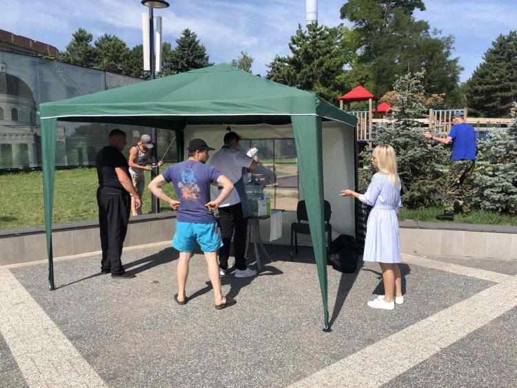 Continuă instalarea corturilor anticaniculă în sectorul Botanica